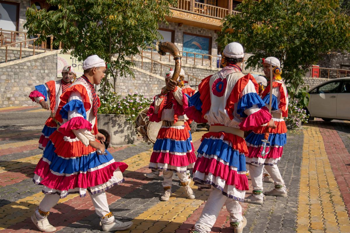 Group folk dances in India: Choliya dance uttarakhand @www.lemonicks.com